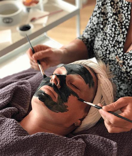 Japansk lifting maske påføres